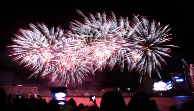 ФОТО: Как тысячи рижан встречали Новый год на улицах города