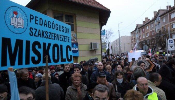 Protestējot pret izglītības politiku, vecāki Ungārijā nelaiž bērnus uz skolu