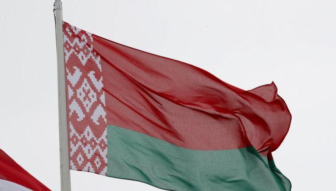 'Nekā personīga': solidarizējoties ar Lukašenko, pie Daugavpils domes uz 15 minūtēm uzvelk Baltkrievijas karogu