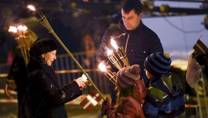 ФОТО, ВИДЕО: В факельном шествии в честь Дня Лачплесиса поучаствовали примерно 1500 человек