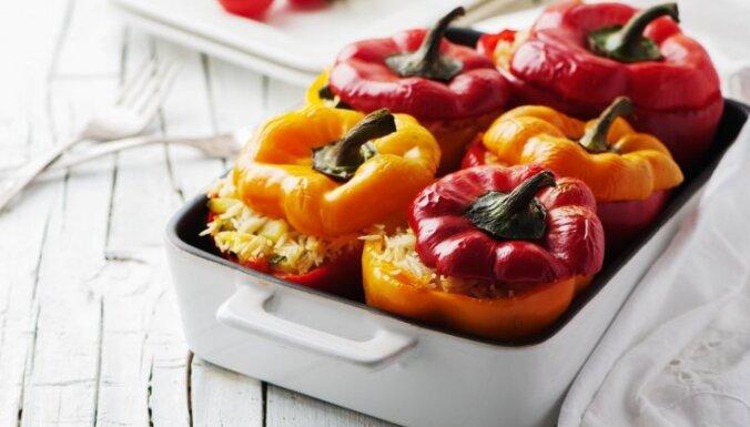 Перец, фаршированный овощами, в томатном соусе