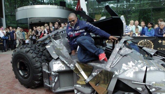 Fotoreportāža: 'Gumball 3000' sacīkšu superauto piestāj Rīgā