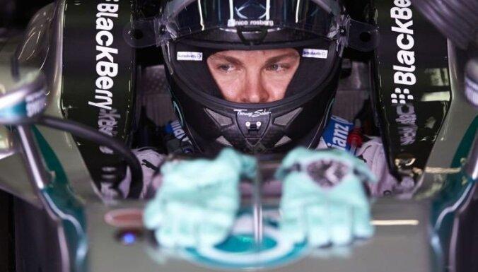 Rosbergs izcīna 'pole' Brazīlijā, Hamiltons paļaujas uz apdzīšanu