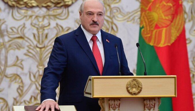 Par spīti 'velnišķīgiem grūdieniem': negaidīti notikusi Lukašenko inaugurācija amatā