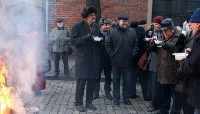 Foto: Pie Saeimas nama atceras barikāžu laikus
