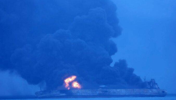Pēc naftas tankkuģa nogrimšanas pie Ķīnas jūrā izveidojies milzu naftas pleķis