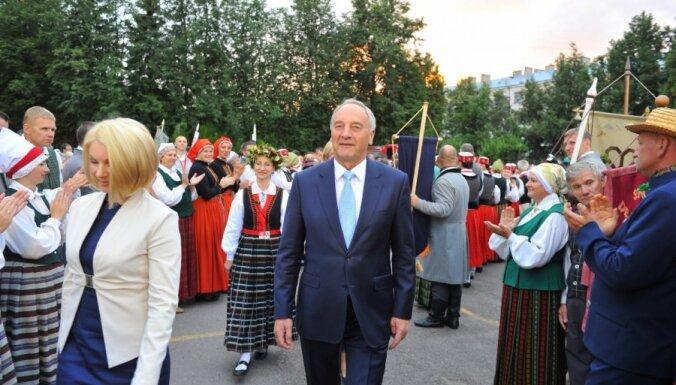 Фоторепортаж: первые лица Латвии посетили представление Tēvu laipas