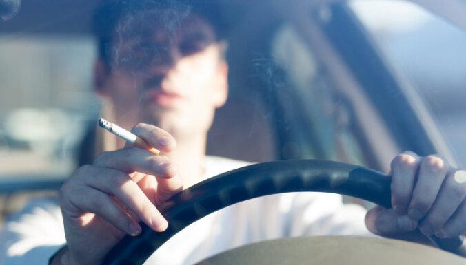 Saeima atbalsta smēķēšanas aizliegumu automašīnās