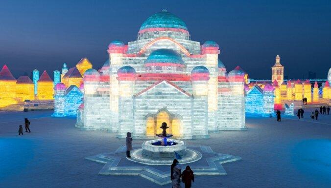 Spītējot Covid-19, Ķīnā notiek grandiozais sniega un ledus skulptūru festivāls