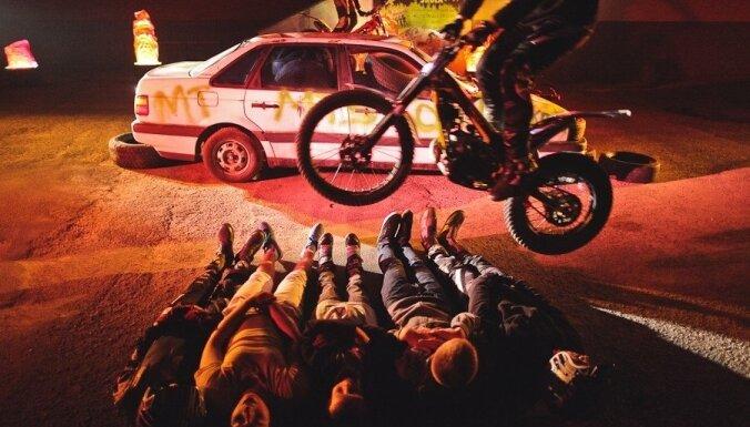 Jelgavā motocikli lec pāri ballītes viesiem