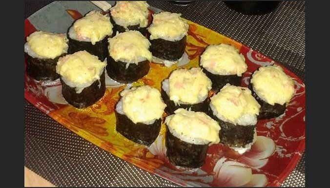 Karstie suši ar siera un majonēzes 'cepurītēm'