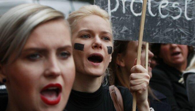 Foto: Polietes melnā protestē pret ieceri pilnībā aizliegt abortus