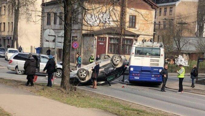 Foto: Atjaunota avārijas dēļ traucētā satiksme Melnsila un Kapseļu ielu krustojumā (plkst. 16.04)
