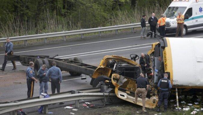 Foto: Ņūdžersijā avarējis skolēnu autobuss