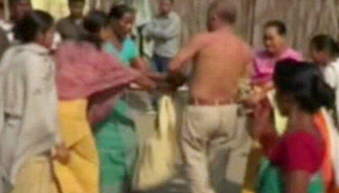 Sievietes Indijā izģērbj un iepļaukā izvarošanā aizdomās turētu politiķi