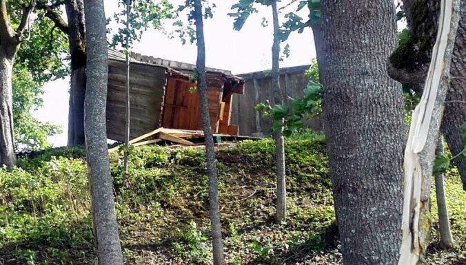 Foto: Izrauti koki un aiznestas ķīpas – virpuļstaba postījumi Salacgrīvā
