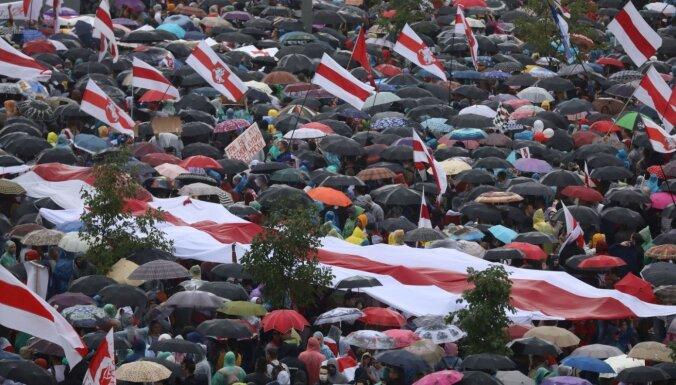 Baltkrievijā grasās aizliegt baltsarkanbalto karogu