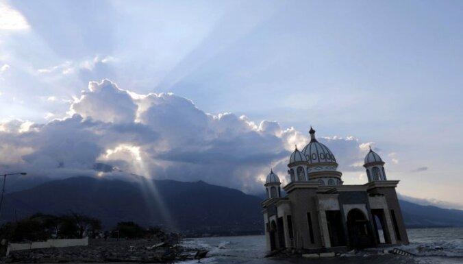 Indonēzijas cunami upuru skaits pārsniedz 1300
