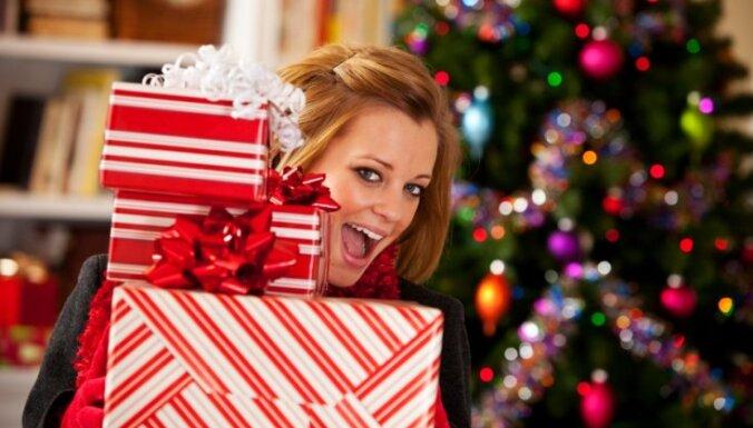 Жители Латвии подарки спешат купить в последний момент