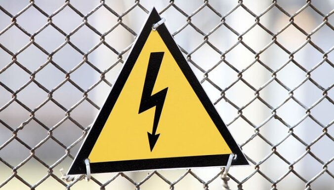 Vēja dēļ bez elektrības palikuši aptuveni 3000 'Sadales tīkls' klientu