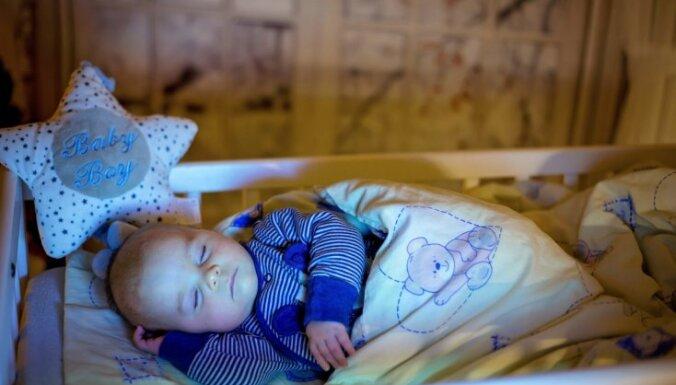 Četras metodes, lai mazulis apgūtu patstāvīgas iemigšanas prasmes un gulētu ciešā miegā