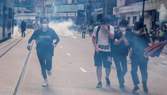 Foto: Honkongā policija ar asaru gāzi un ūdensmetēju izklīdina tūkstošiem protestētāju