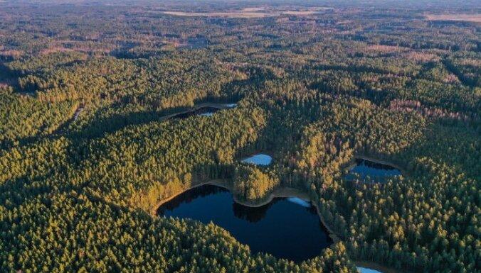 Foto: Ezers Smiltenes novadā, kas atgādina Latvijas kontūru
