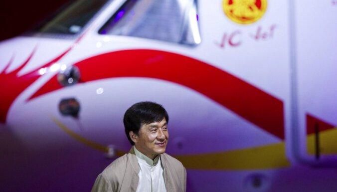Džekijs Čans izrāda savu luksusa lidmašīnu