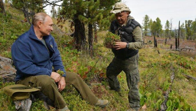 Putins dzimšanas dienā palielina sev algu; Šoigu uzdāvina brūkleņu cini