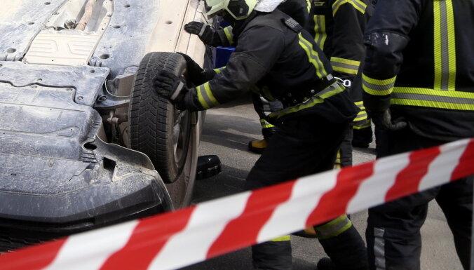Автомобиль съехал с дороги и перевернулся: водитель скончался в больнице