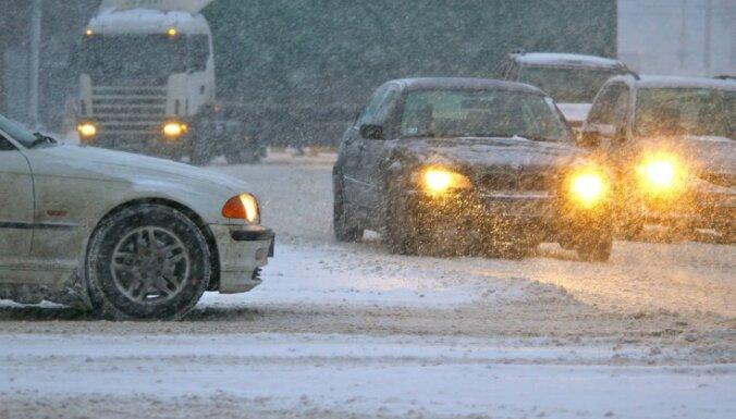 Снегопад и час пик: на мостах и улицах Риги пробки