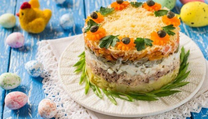 Ne tikai siļķe kažokā: 19 raibi salātu kārtojumi Lieldienu galdam