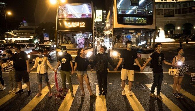 Foto: Tūkstošiem 'Honkongas ceļa' dalībnieku apliecina pasaulei savu vienotību