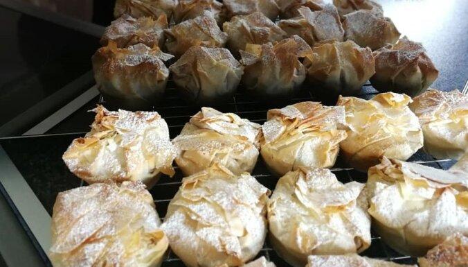 Foto recepte: ātrie ābolu pīrādziņi no kraukšķīgas filo mīklas