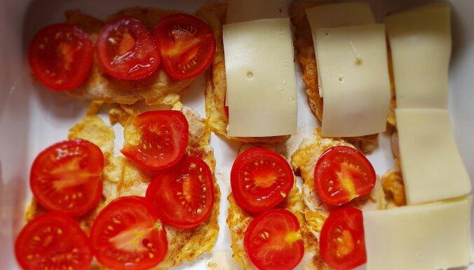 Sulīgās vistas karbonādes ar tomātiem un sieru