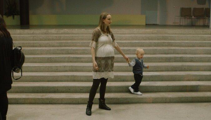 Tapusi jauna grūtniecības pieredzei veltīta dokumentālā filma 'Klātbūtne'
