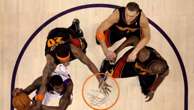 Biedriņa 'Warriors' sesto reizi pēc kārtas uzvar 'Nets' basketbolistus