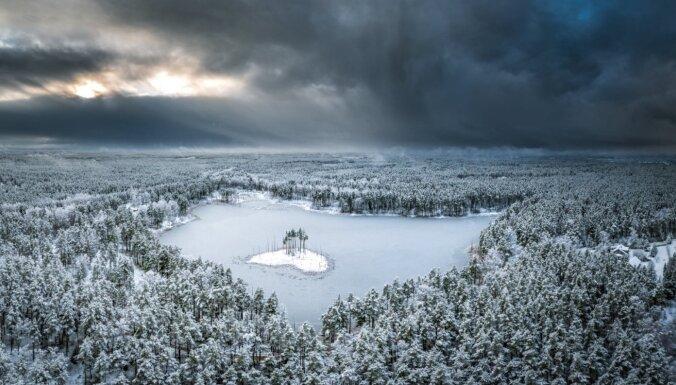 """Зимние ФОТО. Как выглядят заснеженное озеро Венчу и его """"остров-сердце"""""""
