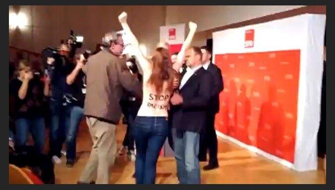 Активистки FEMEN разделись перед главой Гамбурга