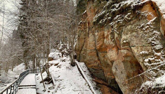 ФОТО. Зимняя прогулка вдоль Красных скал под Цесисом