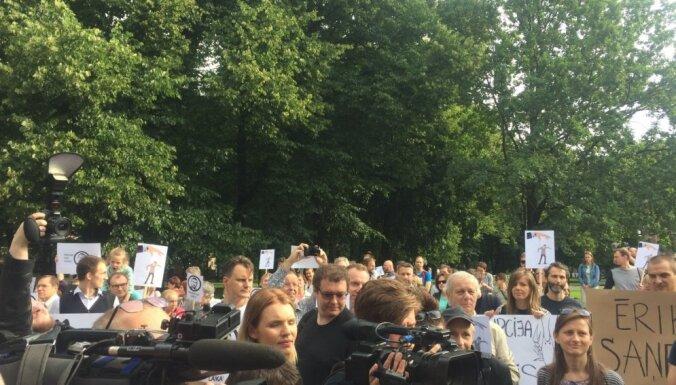 На пикете около сотни человек требуют отставки генпрокурора
