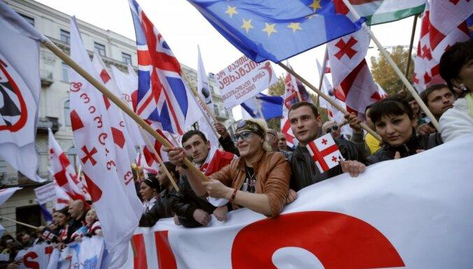 Foto: Gruzijā protestē pret valdību un Putinu