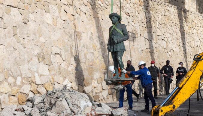Spānijā demontēta pēdējā Franko statuja