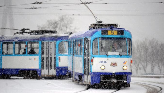 Rīgā kavējas tramvaju un trolejbusu kustība
