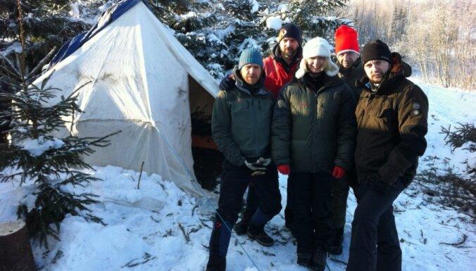 Švāns ar 'Radio 101' kolēģiem stindzenī nakšņo teltī