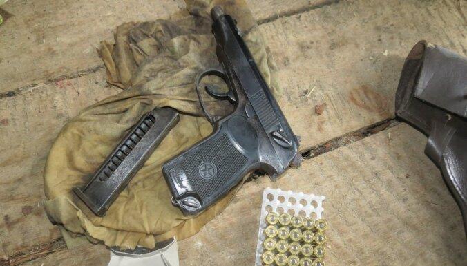 Foto: Policija Latgalē izņem šaujamieročus un nelegālu alkoholu