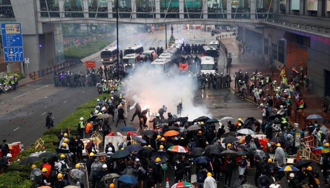Полиция Гонконга впервые применила водометы против протестующих