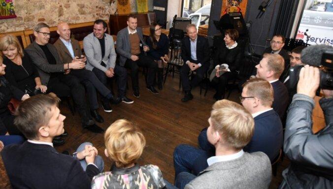 Foto: Rīgā džeza bārā iepazīstas JKP un 'Attīstībai/Par!' deputāti