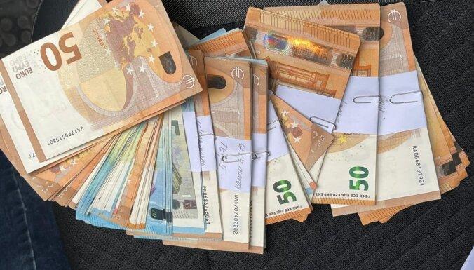 """ФОТО. Дело о зарплатах """"в конвертах"""": в фирме изъяли деньги и нашли черную бухгалтерию"""