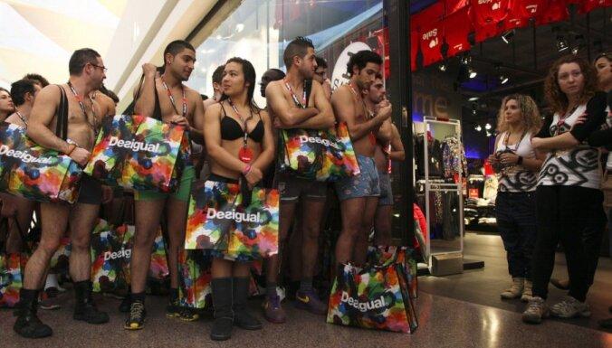 В Лиссабоне бесплатно одели голых покупателей